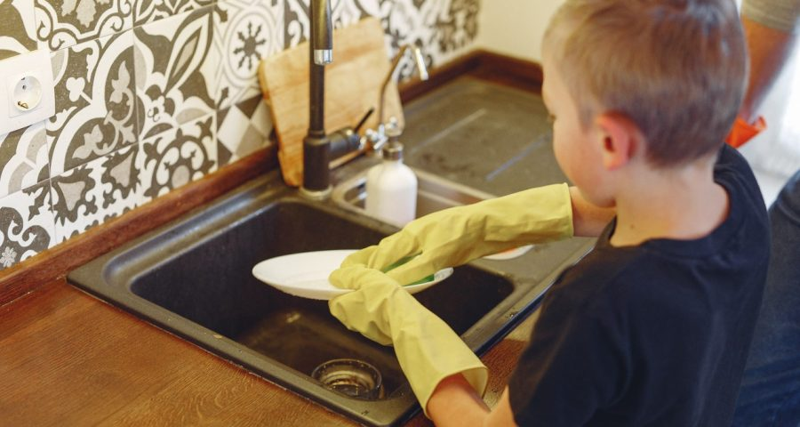 Image of kid doing the dishes.